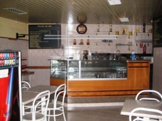 Shop with 50 m2, fully equipped for café-snack bar-Almada |