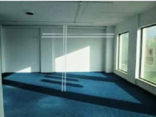 Store very well located with 80 m 2. Bank building, with special conditions of payment. |
