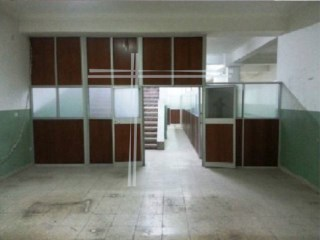 Shop with 271 m2, number of partitions, Bank building-Almada |