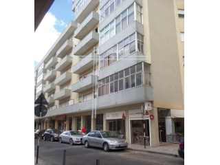 Commercial shop well located property, special financing conditions-Almada |