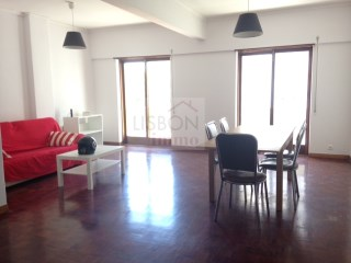 Apartment to rent with garage in Campo de Ourique | Lisbon | 5 Bedrooms | 2WC