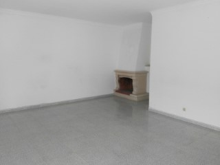 House of finance, 3 bedroom apartment situated in Vila Nova da Caparica, parking, good condition, two front balconies.