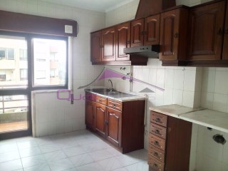 Apartment T3 in the fourth. floor in building with lift, located near schools and services. | 3 Bedrooms | 2WC