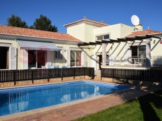 Modern 4 bed villa built around lovely pool | 4 Bedrooms | 3WC