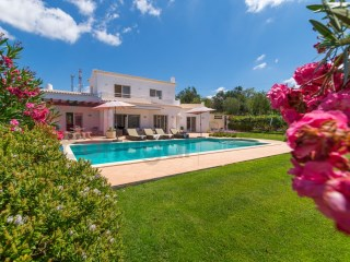 5 bed villa in an elevated position, set lovely grounds with pool and superb sea view | 4 Bedrooms | 3WC