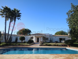 Spacious, well presented house with pool and lovely views, five minutes from the village of Boliqueime. | 4 Bedrooms | 3WC