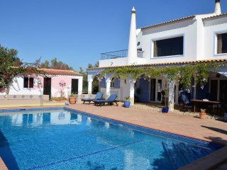Lovely comfortable four bedroom villa with pool boasting superb views of the coast and countryside | 4 Zimmer | 4WC