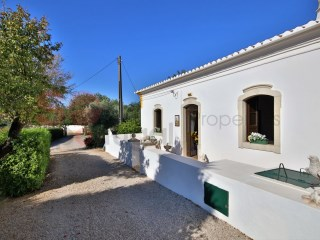 Character restored farmhouse with pool set in a large plot with lovely gardens.  Features two annexes suitable for holiday rentals. | 6 Zimmer | 4WC