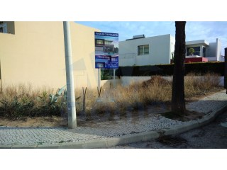 Very conveniently located construction plot for building a semi-detached villa of 176 m2.