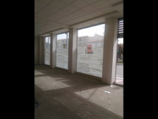 Excelente local comercial 90 m2  y cuatro  escaparates haciendo esquina |
