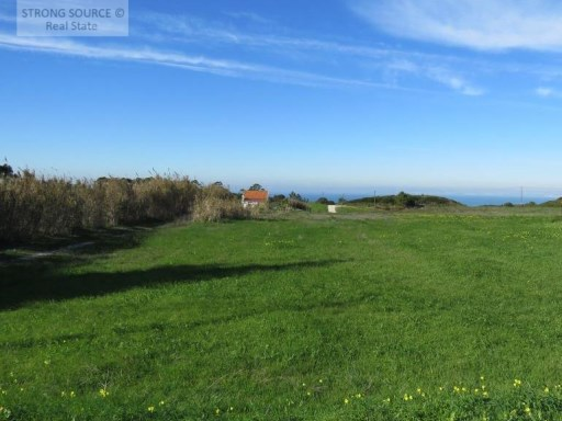 Land for sale in Sesimbra / Azóia with 22.000,00 m2 and possibility of construction of 880 m2 up to 2 houses and up to 2 floors. |
