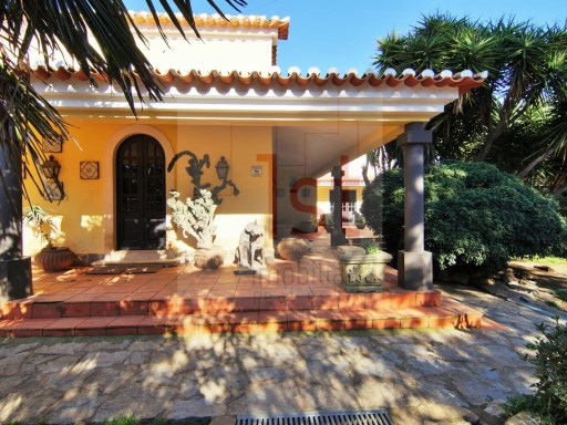 Classic villa with 6 rooms on a plot with 1Ha next to Quinta da Beloura | 4 Bedrooms | 4WC