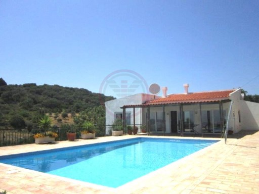 Detached single storey villa with sea views, rustic and modern details | 4 Bedrooms | 4WC