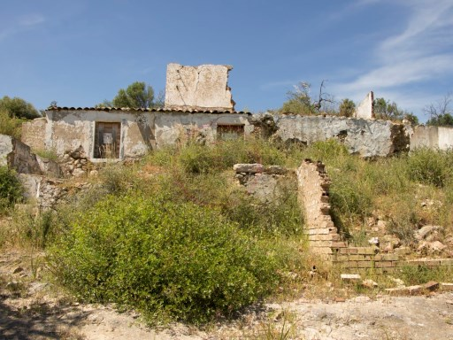 Riverside plot of land with ruin, 5 minutes from Tavira |