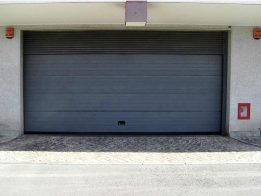 Garages for sale or lease on the tip Odivelas |
