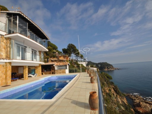 Estate of 7,000 m2 with 4-storey villa in first line of sea | 6 Bedrooms | 5WC