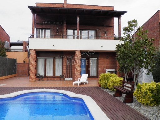 Spectacular villa with pool in estate Poole, 14km from the sea, ref.12245 | 3 Bedrooms | 3WC