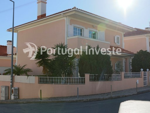 For sale, superb villa with three+one bedrooms, close to the A33 highway, only 10 minutes away from the beaches and 20 minutes away from Lisbon, located in Charnea da Caparica, Almada- Portugal Investe | 3 多个卧室 | 3WC