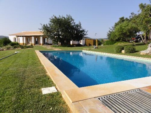 Villa with pool in the field | 3 Bedrooms + 1 Interior Bedroom