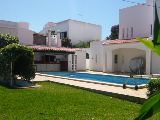 Charming villa with garden and swimming pool located in a quiet area just 15 minutes from the beaches and airport | 4 Bedrooms
