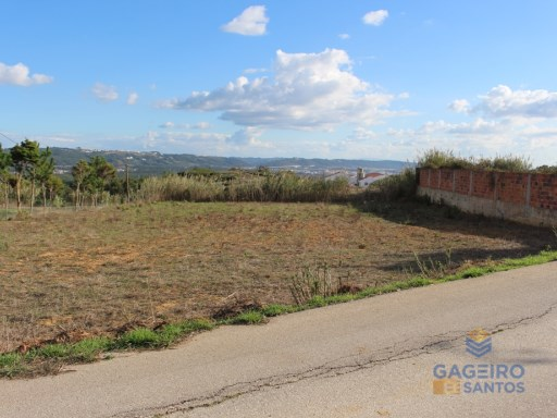 Land with 1.400 sqm in Casal da Fonte. |