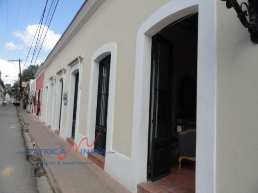 Vendo casa,local comercial de esquina Zona colonial. |