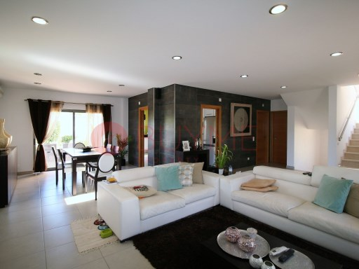 Villa for sale with swimming pool in Quarteira | 3 Bedrooms + 2 Interior Bedrooms | 4WC