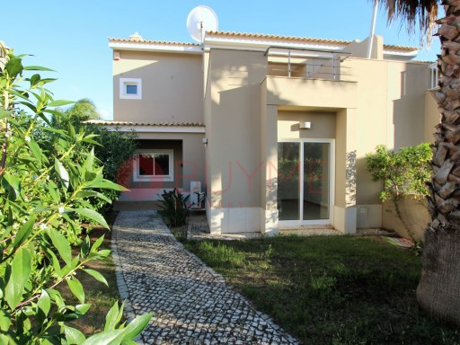 Villa with pool for sale in Vilamoura | 2 Bedrooms + 1 Interior Bedroom | 3WC