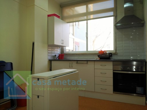 T0 in good condition, living room/bedroom, kitchen and toilet, located on the road from Benfica, along av grão vasco 