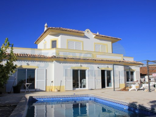 DETACHED FOUR BEDROOM VILLA WITH PRIVATE POOL, SHORT WALK TO A FANTASTIC LOCAL RESTAURANT AND BAR. (new reduced price) | 4 Bedrooms