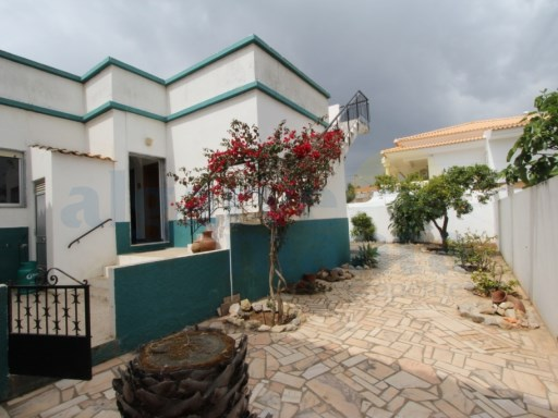 Single storey traditional Portuguese house with great roof terrace, patio and gated driveway. Has living room, kitchen, two bathrooms and three bedrooms. | 3 Bedrooms | 2WC