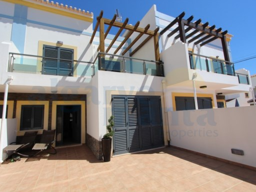 Excellent extremely well presented 4 bedroom villa with pool, in the Centre of Cacela, great terraces, sea views | 3 Bedrooms + 1 Interior Bedroom | 4WC