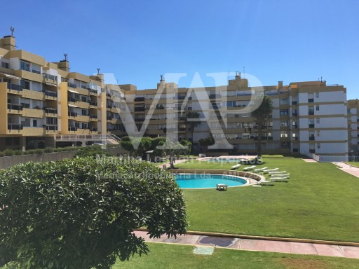 Beautiful T3 apartament, refurbished, terrace with a sea view in a condominium with pool, between Lisbon and Cascais.2 min walking distance to the beach. | 3 Bedrooms | 2WC