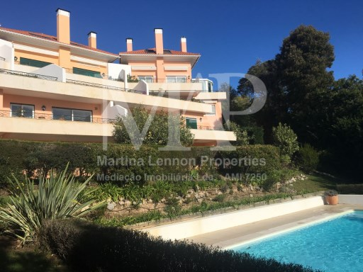 Beautiful T5 duplex apartment, furnished with high quality, in a exclusive condominium in Estoril, 5 min walking distance to the Estoril Golf, with 2 terraces with sea view, private garden. Condominium with pool. Garage for 2 cars. | 6 Pièces | 4WC