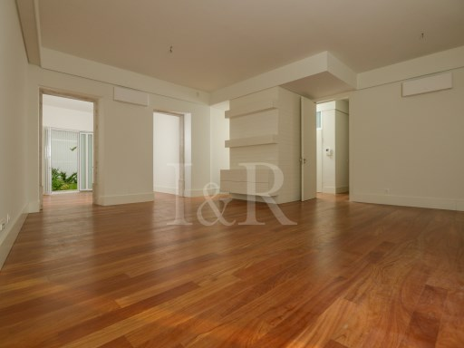 FANTASTIC 4 BEDROOM APARTMENT IN LISBON, SÉ, WITH GARDEN, ELEVATOR AND GARAGE | 4 Bedrooms | 4WC