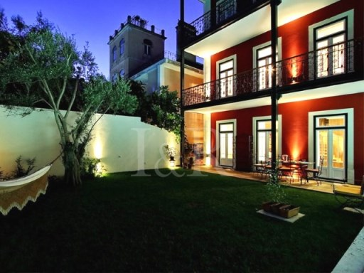 LARGE 6 BEDROOM DUPLEX IN A CENTENARY HOUSE WITH GARDEN AND POOL, IN LISBON | 6 Bedrooms | 4WC