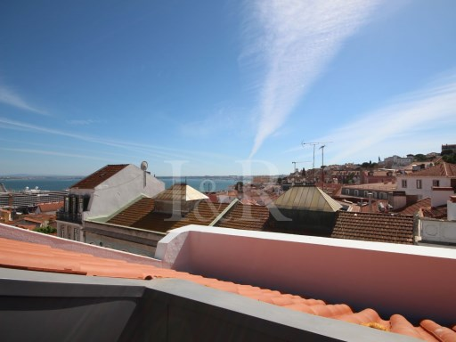 3 BEDROOM APARTMENT TO REHABILITATE WITH A BALCONY AND VIEW OVER THE RIVER IN SÃO VICENTE, LISBON | 3 Bedrooms | 1WC
