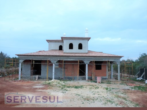 Modern 3-bedroom Villa under construction, in a plot of land of 2700 sqm, located only 10 minutes from Silves-Algarve. |