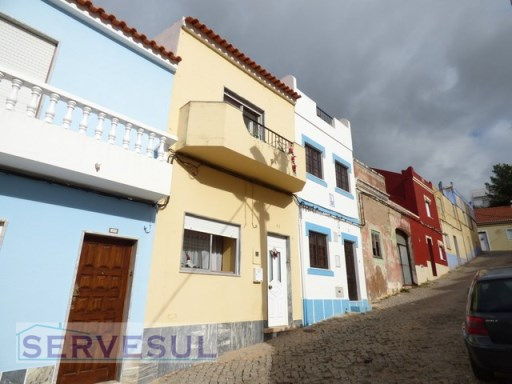 Typical house with an area of 123sqm, located in the historic area of Silves.  | 3 Bedrooms + 1 Interior Bedroom | 2WC