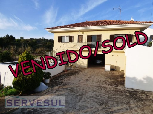 3 bedroom villa with an area of 186sqm, inside a fenced plot of 1221sqm, located in a typical Village near Alte -Algarve. | 3 Bedrooms | 2WC