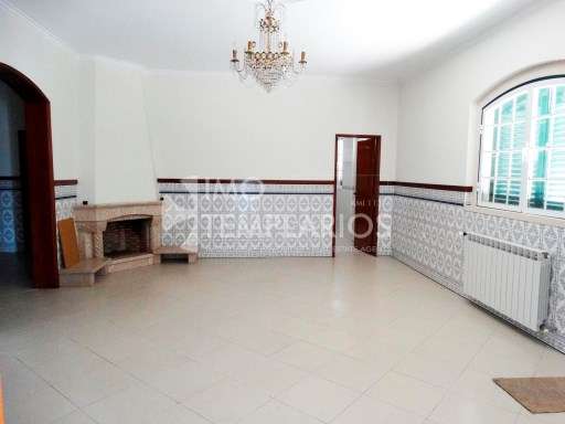 Sala de estar com lareira no rés do chão%23/130