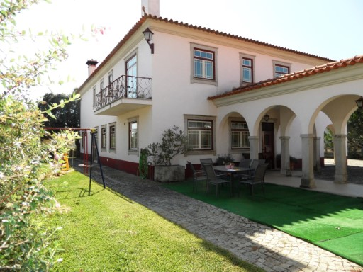 Modern townhouse structured as a Manor and developed on a plot of 2500 m 2 to 5 minutes from the Centre of Aveiro.  | 5 Bedrooms