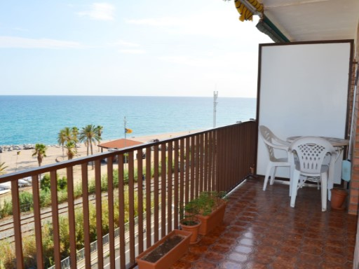Magnificent views facing the sea, facing the sea in CANET de MAR, refurbished, floor ceramic, closures double climatic glass, wooden doors, security entrance, heating with natural gas, air conditioning, large dining room, Elevator, parking in the same building, 100 m from the station. Beach 10 meters | 3 Bedrooms | 1WC
