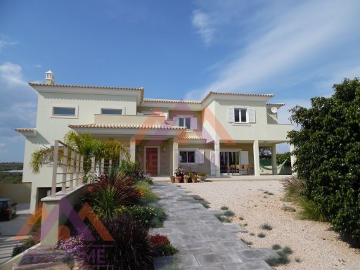 4 bedroom villa in a quiet location on the outskirts of Faro | 4 Bedrooms | 5WC