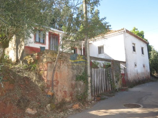 Nice, detached  property with stone walls, adega and land located in a quaint village close to the village of Lobazes in the district of Coimbra. | 2 Bedrooms | 1WC