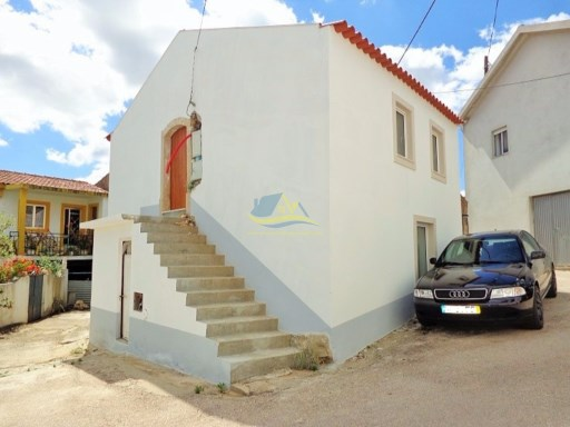 Stone property located in a quiet village just north of the medieval town of Penela in the district of Coimbra.   |