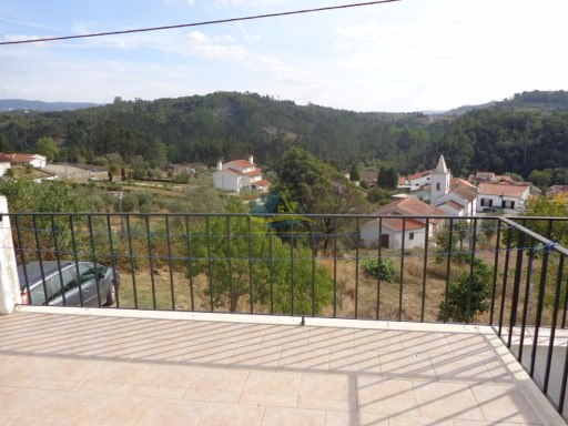 Well-maintained property located in a picturesque village with lovely views. | 2 Bedrooms | 1WC