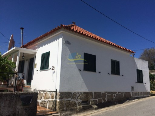 Lovely, Portuguese, 3 bedroom home and self-contained 1 bedroom apartment situated on approximately 1335m2 of land in the quaint village of Vila Chã not too far from the town of Tábua. | 4 Bedrooms | 2WC