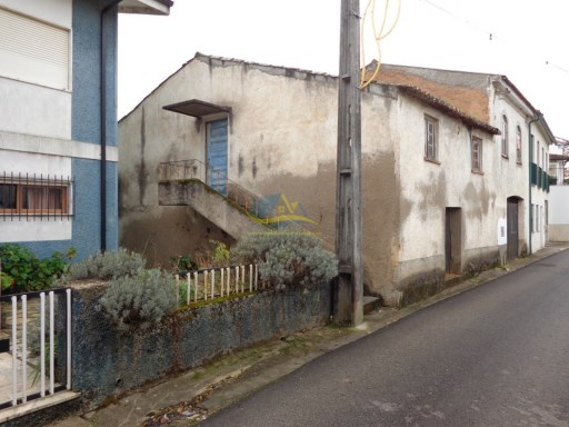 Semi detached property in need of complete renovation in the town of Rio de Vide in the district of Coimbra.  | 3 Pièces