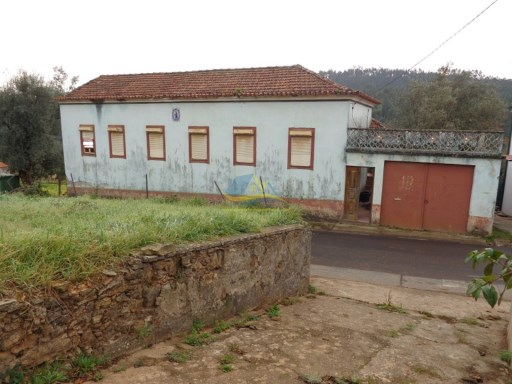 Spacious farmhouse in need of some renovation located close to the town of Miranda do Corvo in the district of Coimbra.  |